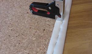 KROK III - Naciąganie tkaniny na zagłówek do łóżka
